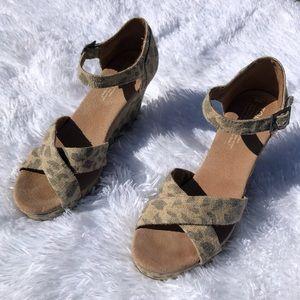 Toms cheetah print burlap wedge heels size 8
